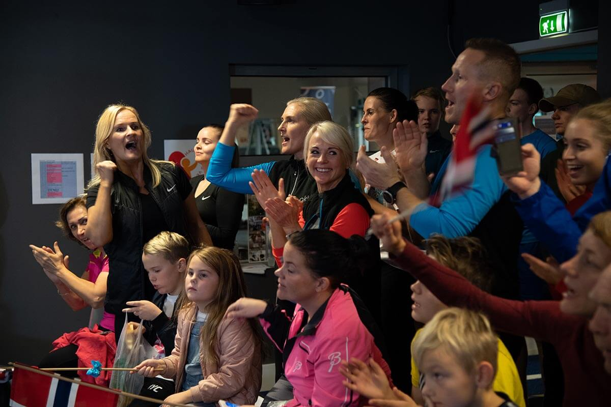 Fans and supporters cheer HOKA athlete Bjorn Tore Tavanger on to his record
